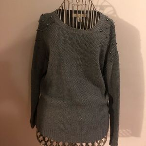 GREY KNITED SWEATER WITH STUDS